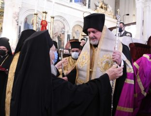 Ο Οικουμενικός Πατριάρχης ασπάζεται τον Μητροπολίτη Χαλκηδόνος